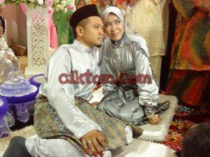 Pasangan pengantin berposing sakan