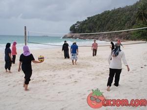 main bola tampar pantai di pulau redang